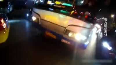 男子公交车上突发疾病 交巡警紧急救助