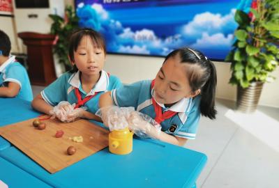 邯鄲市南蘇曹小學:月餅DIY 體驗真精彩