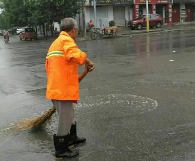 临漳:风雨中最可爱的人---环卫工