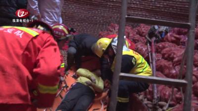 【临漳新闻】 临漳:一村民深井意外被砸晕 消防人员及时救援护平安